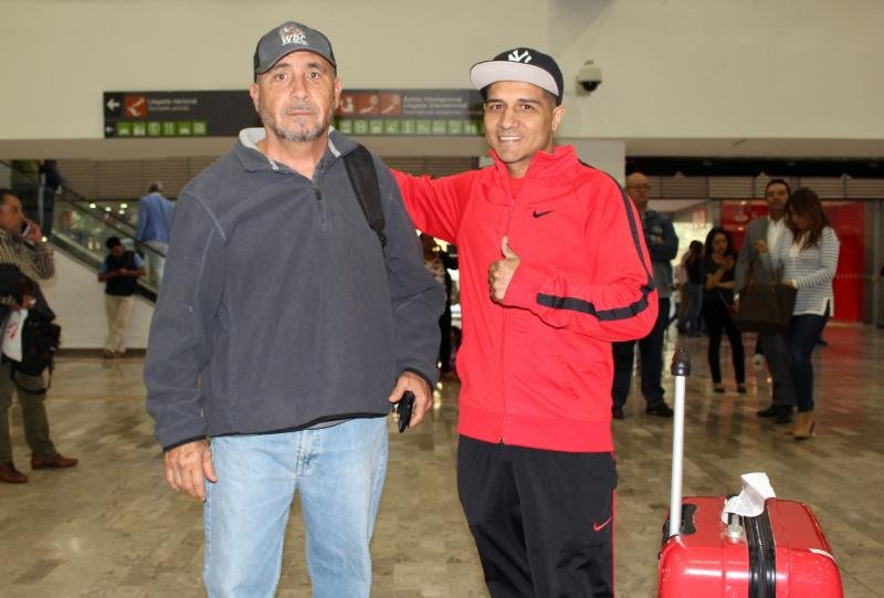 """- Mexico City, Mexico: Jesus """"El Azul"""" Iribe along with trainer Rodolfo Chávez (Brother of legend Julio César Chávez) arrived into Mexico City today from Culiacan for his fight this Friday, March 2nd against David """"El Severo"""" Carmona for the WBC Latino Bantamweight Title at the Blackberry Auditorium. This Friday is the 2nd installment of the successful 2018 Boxeo Telemundo Ford Spring Season"""