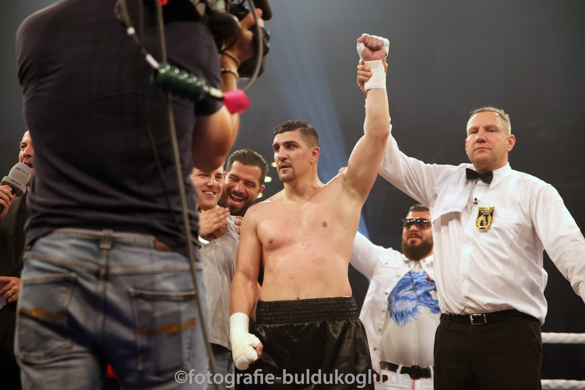 Marco Huck - Photo: Serkiz Buldukoglu - Former long-reigning WBO cruiserweight champ Marco Huck picked up a stoppage win his in his new campaign as a heavyweight. Last night in Munich, Germany 33 year old Huck stopped Yakup Saglam, 40-4 coming in, in the fourth-round. A huge right hand to the head draped Saglam over the top rope, eventually sending him down to the canvas, the 41 year old got up but the fight was waved off.
