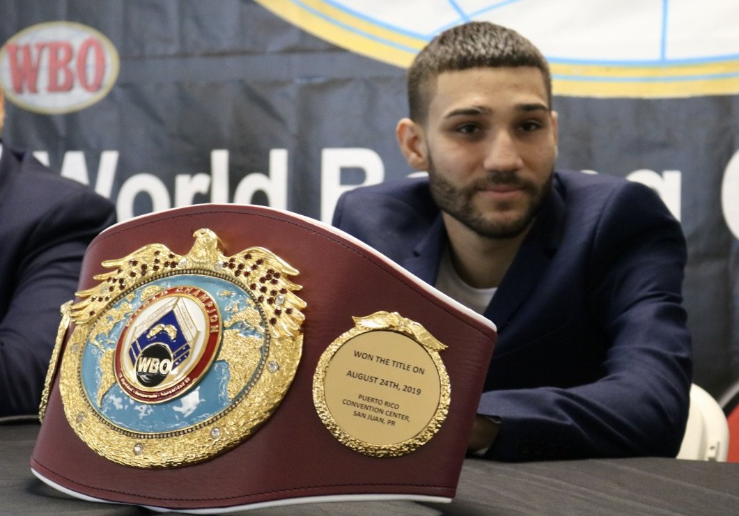 """After his convincing victory over Filipino Vic Saludar last Saturday, Puerto Rican Wilfredo """"Bimbito"""" Méndez received his 105 pounds WBO World Champion belt this afternoon in an event held at the Mayor's House of Trujillo Alto."""