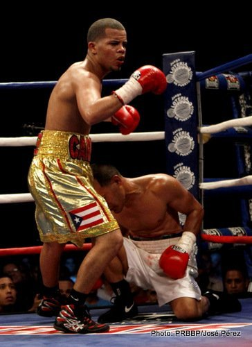 Jonathan Oquendo, Moises Fuentes - By Dwight Chittenden: Former WBO super bantamweight champion Wilfredo Vazquez Jr. (22-2-1, 19 KO's) got off to a slow start in the early rounds but then really came on to batter Jonathan Oquendo (22-3, 15 KO's) and stop him in the 7th round on Saturday night in a crucial fight for the 28-year-old Vazquez Jr. at the Coliseo Ruben Rodriguez, in Bayamon, Puerto Rico. Vazquez Jr. was dominated in the early rounds, but suddenly he started coming on in the 5th with his big power shots and eventually stopped Oquendo in the 7th. The referee then stopped the fight at 2:33.